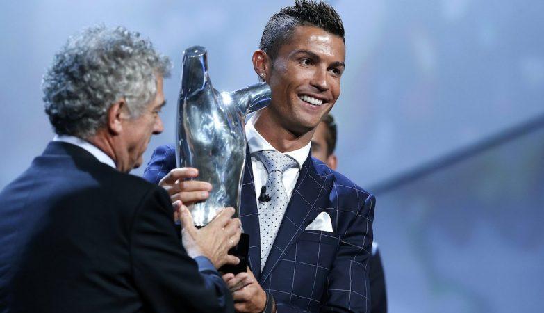 Ronaldo recebe o prémio de melhor jogador da Europa 2016