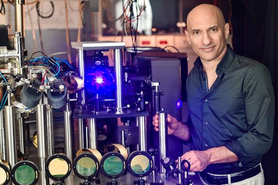 O professor Steinhauer com a sua máquina que simula um buraco negro