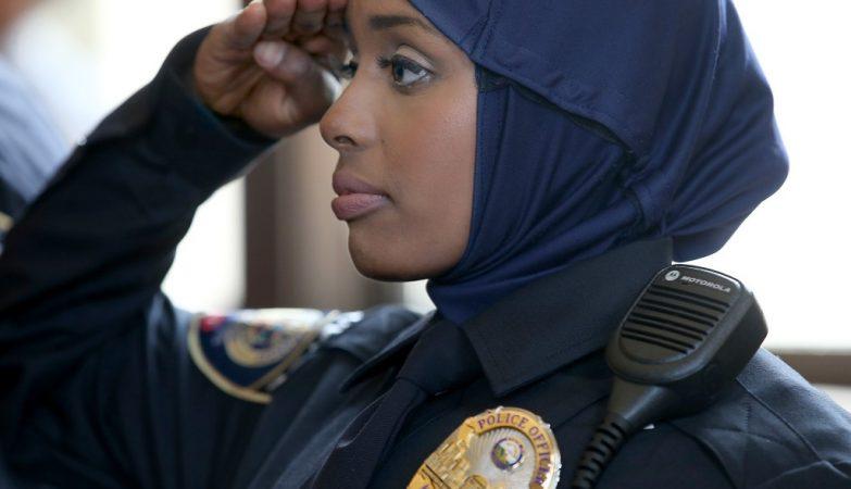 Kadra Mohamed, 21 anos, a primeira agente policial do Minesota a usar véu com o uniforme. Alguns países como a Escócia ou o Canadá, já permitem às polícias usar véu