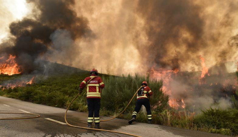 Bombeiros tentam combater o fogo na Serra da Arada, em São Pedro do Sul, Viseu