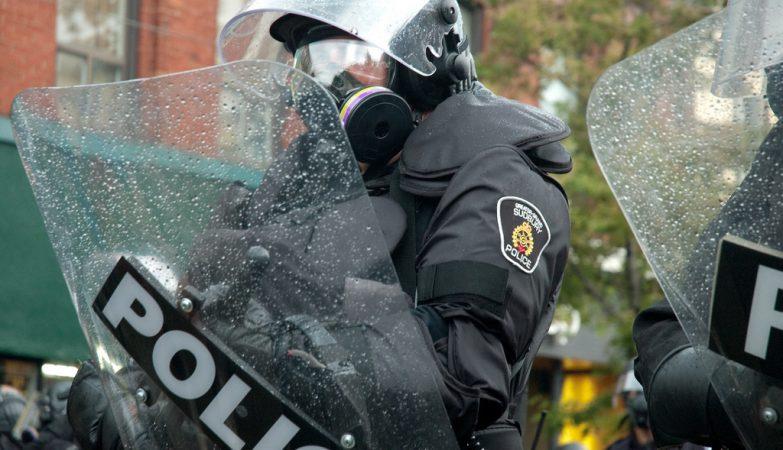Suspeito de terrorismo esfaqueia agente e atropela peões no Canadá