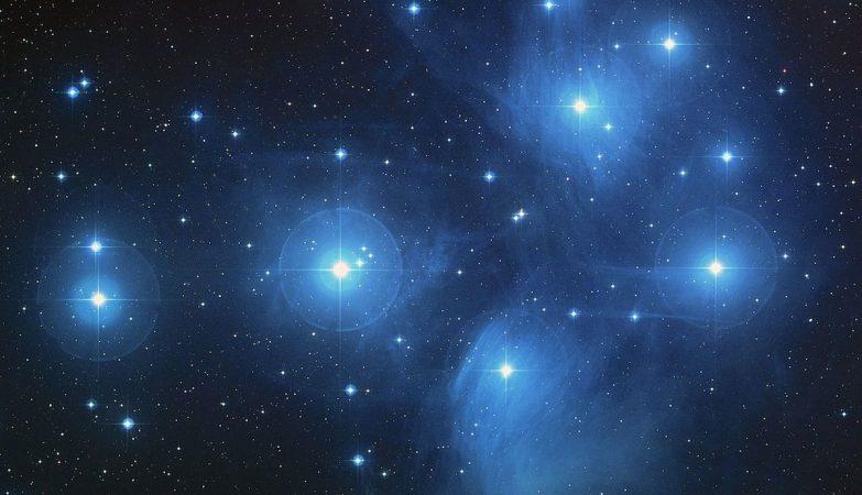 As Plêiades são um  enxame de mais de 3000 estrelas a 400 anos-luz de distância da Terra