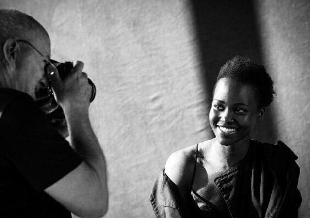 O fotógrafo Peter Lindbergh com a atriz Lupita Nyong'o para o novo calendário da Pirelli
