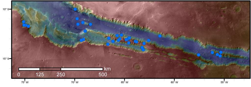 Os pontos azuis indicam locais de RSL na região marciana de Valles Marineris. A área mostrada no mapa é uma das que tem maior densidade de RSL no planeta vermelho