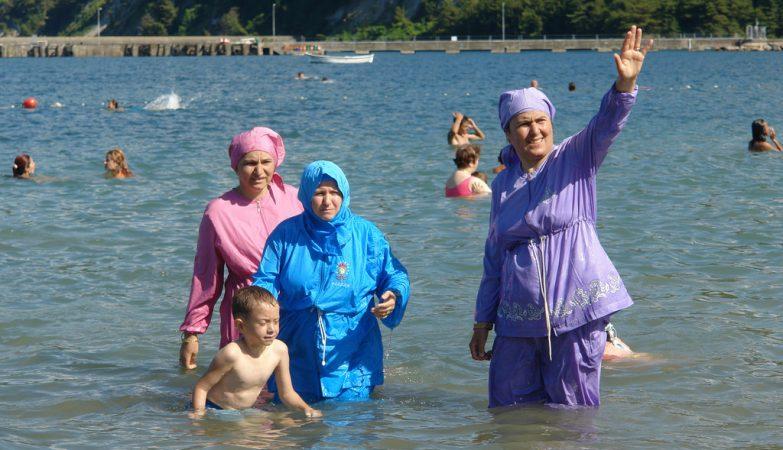 Mulheres de burquíni impedidas de entrar em piscina algarvia