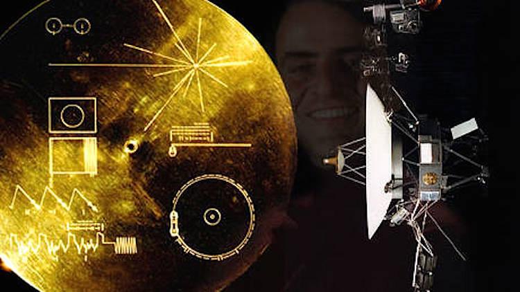 A sonda Voyager e o seu disco dourado com informação sobre a Humanidade. Ao fundo, Carl Sagan.