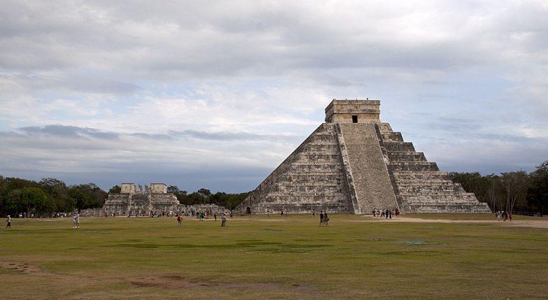 Chichén Itzá é uma cidade arqueológica maia, no Iucatã, que funcionou como centro político e económico da civilização maia.