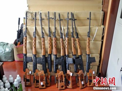 As armas de imitação compradas por Liu Dawei