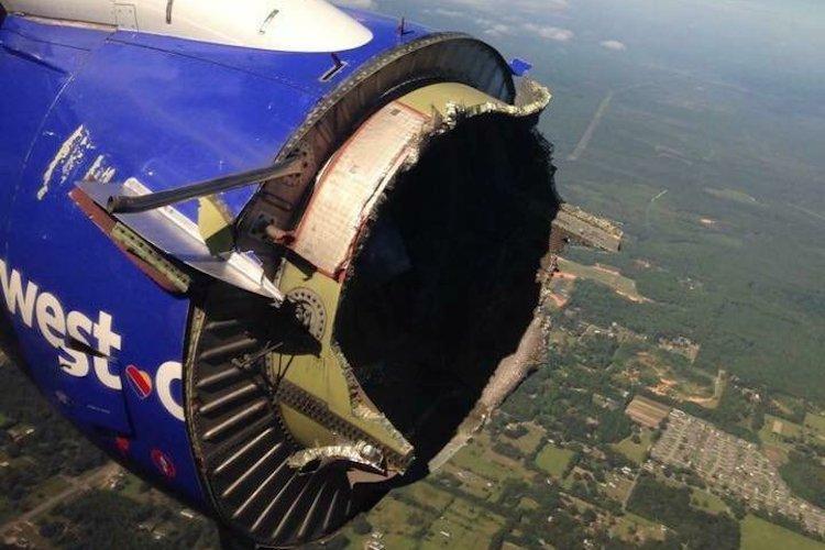Boeing perde parte do motor com uma explosão em pleno voo - ZAP