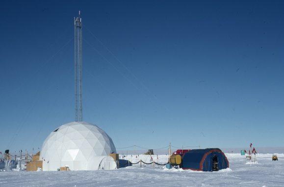 Os cientistas perfuraram gelo da Antárctida e da Gronelândia a diferentes profundidades e analisaram a composição química das amostras recolhidas