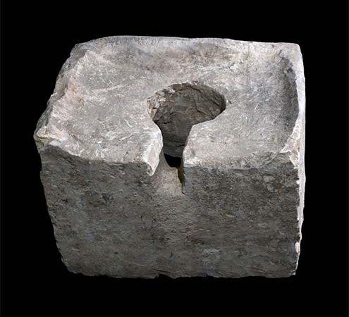 Vaso sanitário encontrado num santuário para profanar o local e assim, evitar o culto religioso.