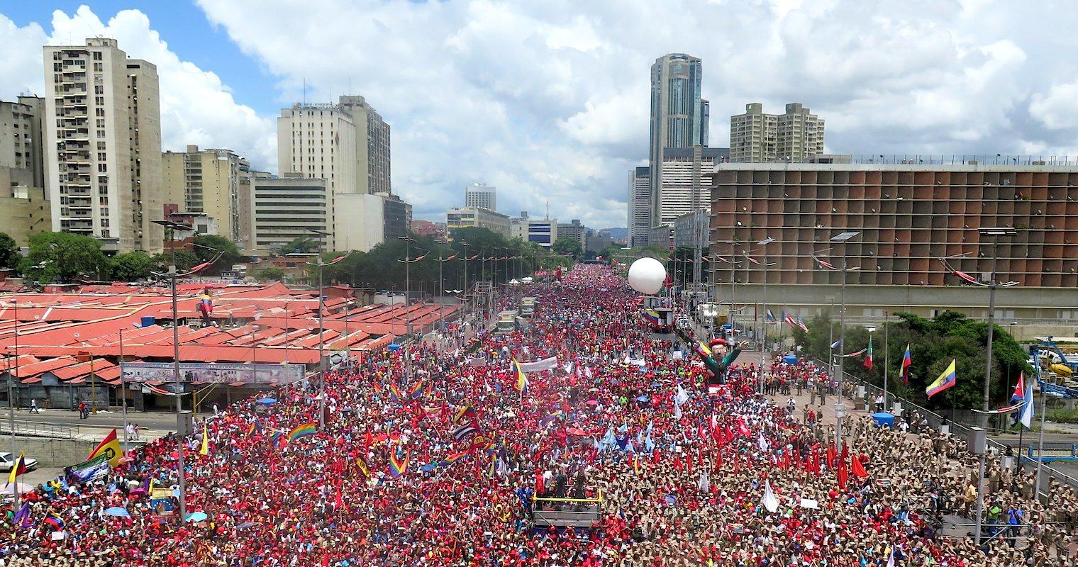 Centenas de milhares de venezuelanos saíram também à rua para apoiar Maduro