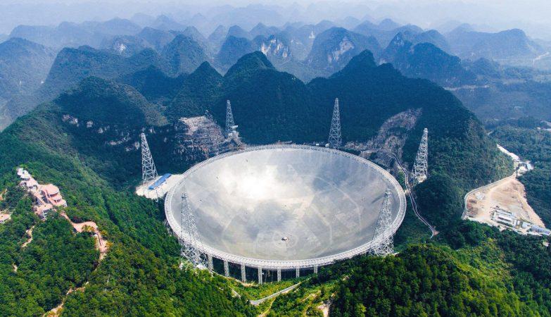 O Radiotelescópio FAST (Five Hundred Metre Aperture Spherical Telescope) é o maior do mundo com 500 metros de diâmetro.