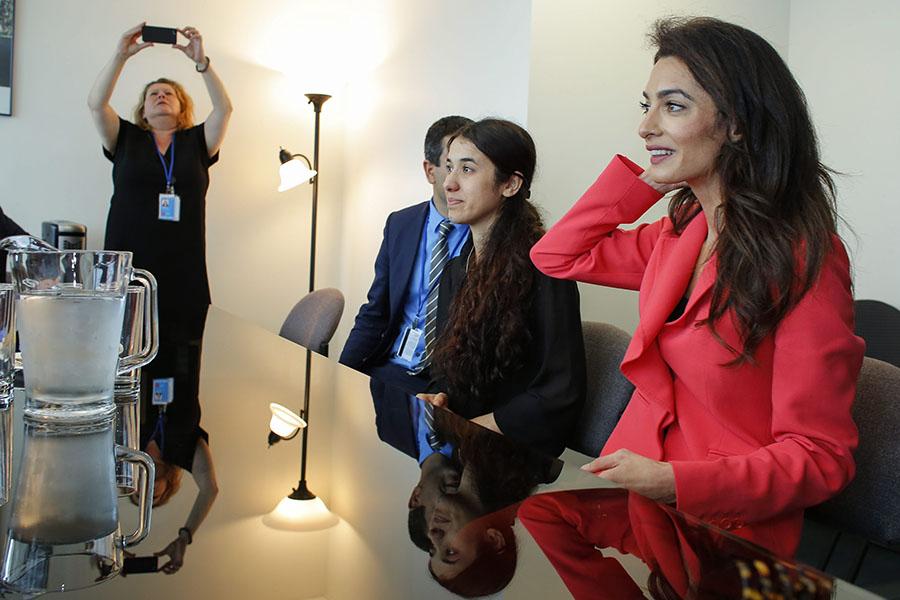 Amal Clooney e Nadia Murad, jovem iraquiana que foi escrava sexual do Daesh, com o ministro dos Negócios Estrangeiros de França.