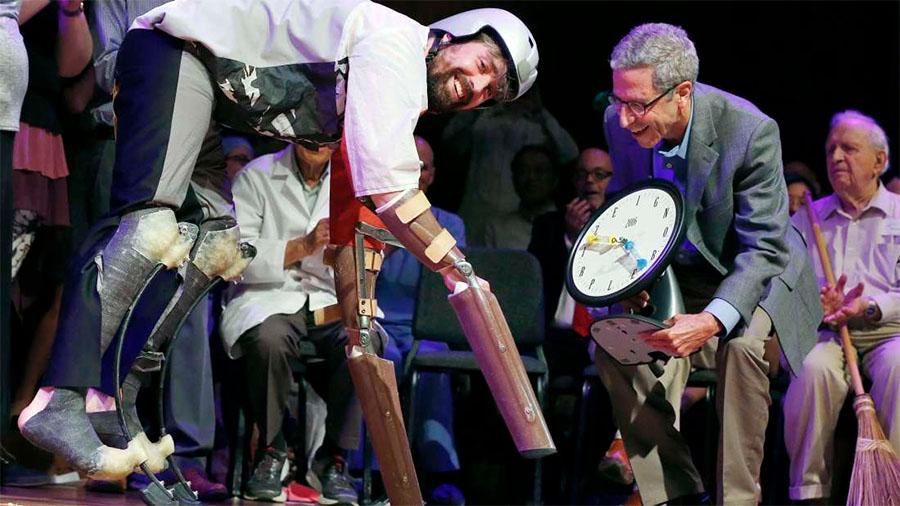 O investigador Tom Thwaites a aceitar IG Nobel com os cascos protéticos que usou para se misturar com cabras nos Alpes franceses.