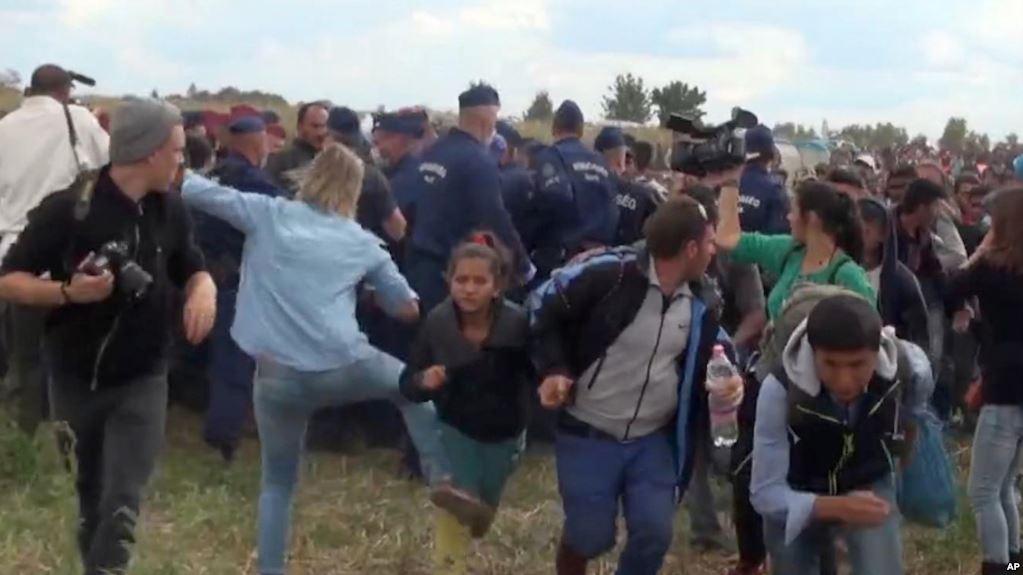 6ad0f31b2ae Jornalista húngara que pontapeou refugiados pode apanhar 5 anos de prisão -  ZAP