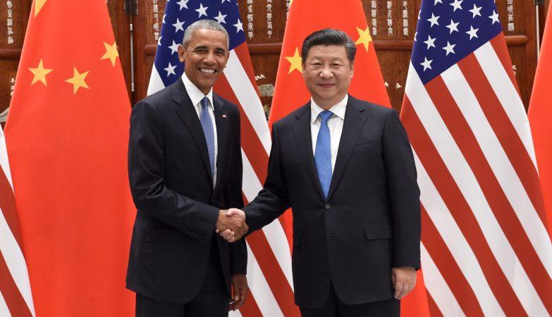 O presidente norte-americano Barack Obama cumprimenta o homólogo chinês Xi Jinping