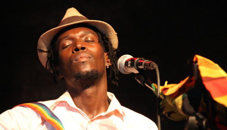 Binham Quimor durante um concerto em Bór, Guiné-Bissau, em maio de 2016.