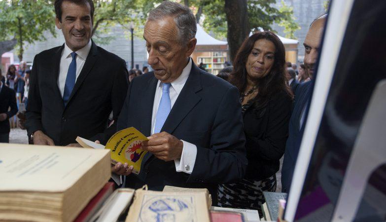 O Presidente da República, Marcelo Rebelo de Sousa, acompanhado pelo presidente da Câmara Municipal do Porto, Rui Moreira, durante a visita à Feira do Livro do Porto 2016