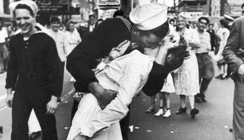 """""""V-J Day in Times Square"""", a fotografia icónica que marca o fim da 2ª Guerra Mundial"""