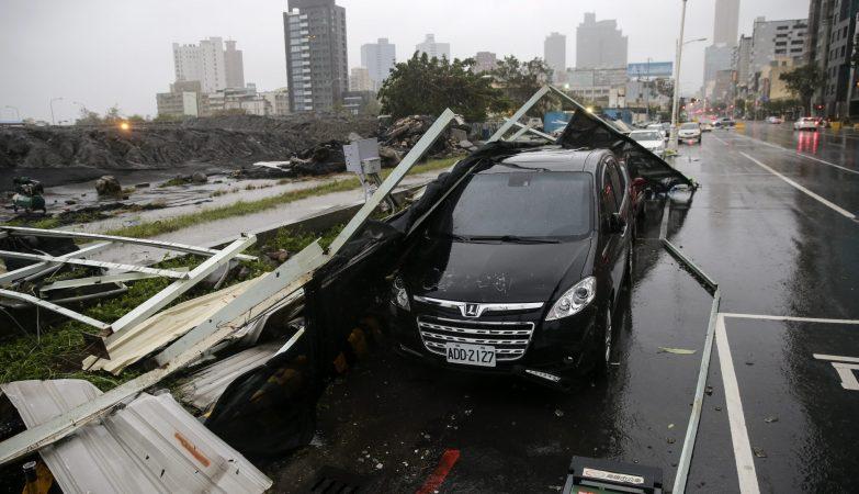 Destroços por cima de um carro depois da passagem do Supertufão Meranti por Taiwan
