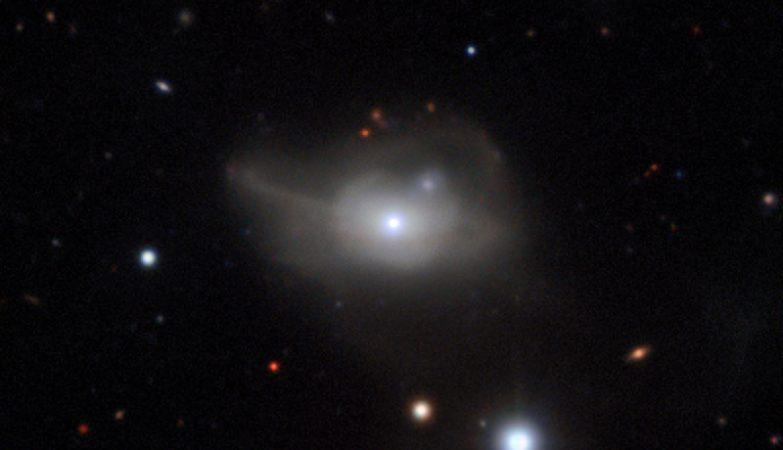 Esta imagem, obtida com o instrumento MUSE montado no VLT do ESO, mostra a galáxia ativa Markarian 1018, a qual possui um buraco negro supermassivo no seu núcleo. Os ténues laços de luz são o resultado da sua interação e fusão com outra galáxia, num passado recente