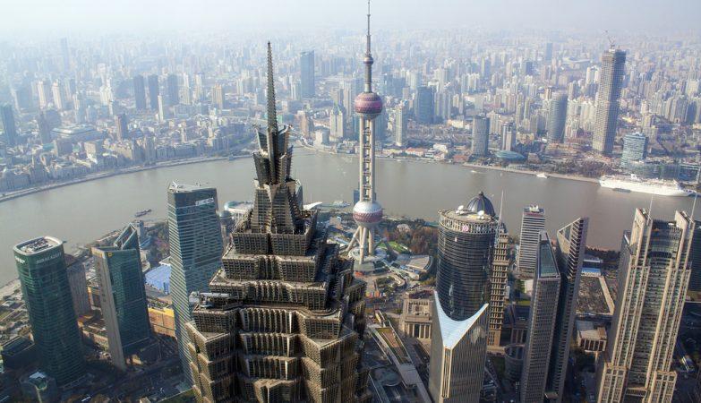 Vista do  World Financial Center Observatory, em Shangai, China: Torre Jin Mao, Shanghai IFC, Torre do Banco da China e Torre Oriental Pearl