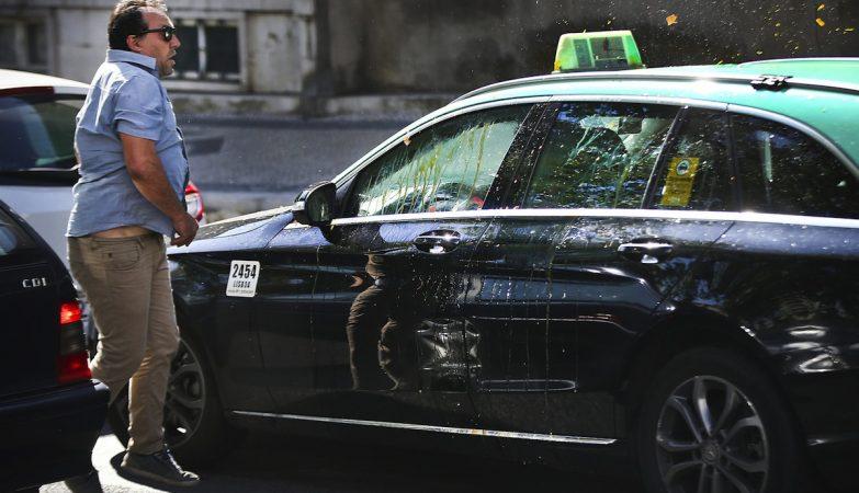 Taxista em protesto contra a Uber lança ovo contra carro de colega que não aderiu