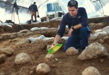 Projécteis usados em catapultas descobertos perto de vestígios da Terceira Muralha