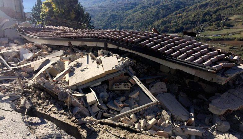 Edifício ddestruído em L'Aquila após o sismo de 30 de outubro de 2016