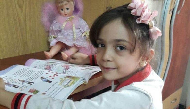 """Bana, menina síria de 7 anos, relata no Twitter que está """"a ler para esquecer a guerra""""."""
