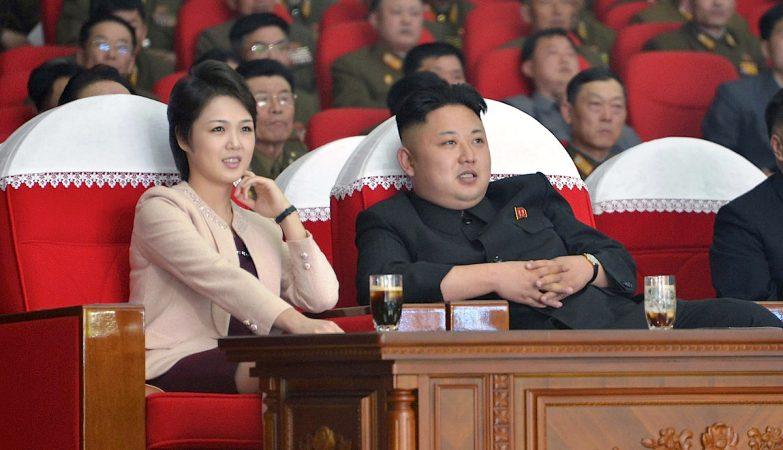 O líder da Coreia do Norte, Kim Jong-un (dir), acompanhado da esposa, Ri Sol-ju (esq)