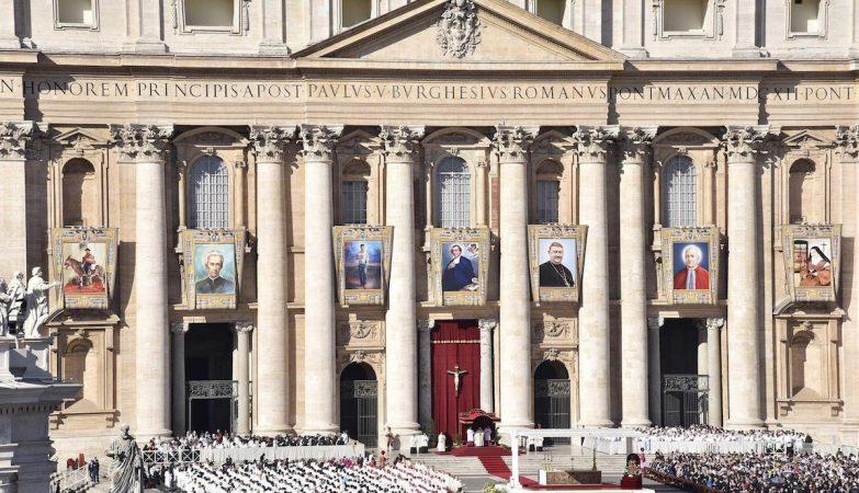 Tapeçarias na praça de S.Pedro apresentam os sete novos santos canonizados pelo papa Francisco