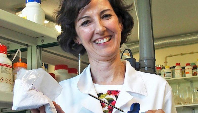 Paula Torres e o seu cimento ósseo que tem as propriedades certas para poder ser manuseado e injetado através da agulha da seringa durante uma vertebroplastia