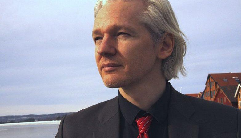 Equador corta comunicação de Assange com mundo fora de embaixada