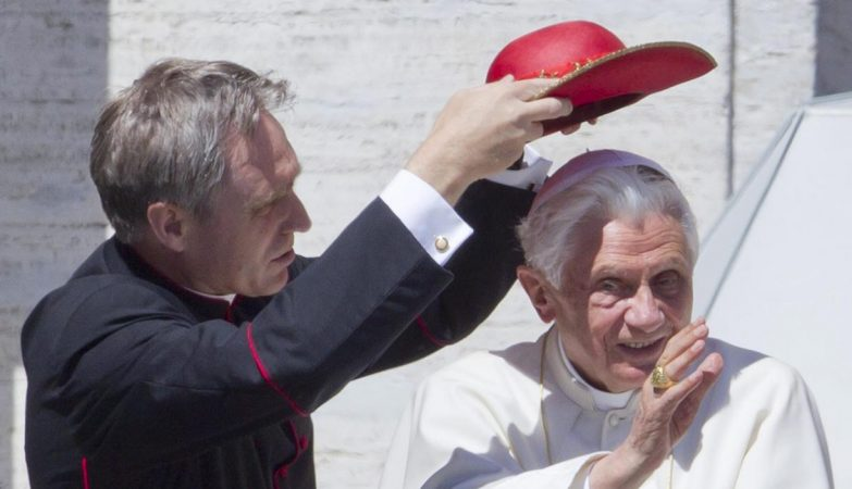 Georg Ganswein protege sua santidade do sol com um chapéu
