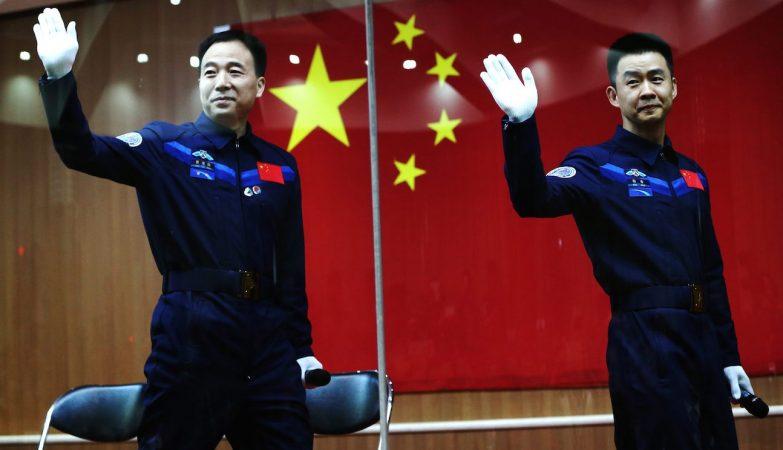 Os astronautas chineses Jing Haipeng e Chen Dong preparam-se para o lançamento da nave Shenzhou-11