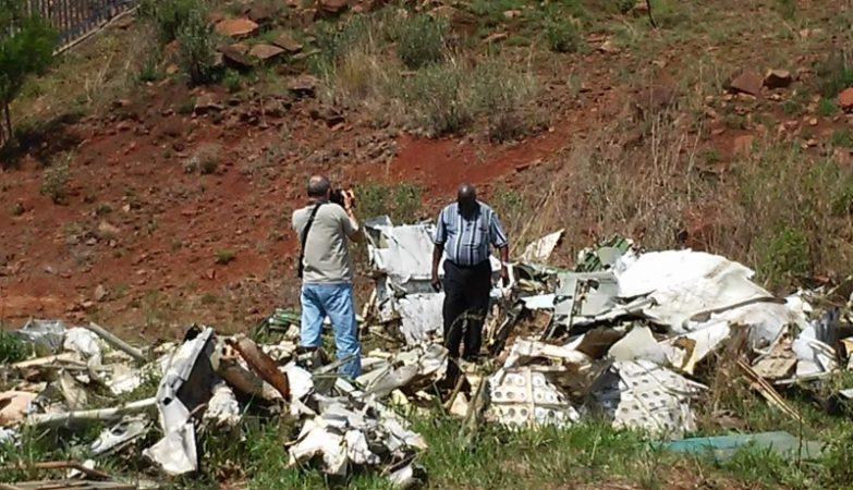 O ex-fotografo-guerrilheiro-cameraman do presidente Samora Machel, Carlos Djambo - um dos poucos sobreviventes do acidente - inspecciona os destroços do acidente em IMBUZINI, na África do Sul