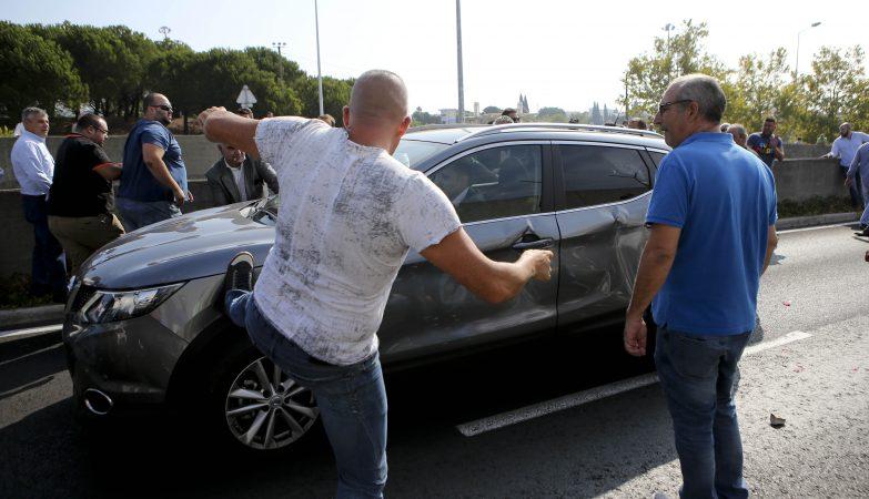 Taxistas vandalizam um veículo conduzido por um motorista da Uber durante o protesto promovido pela ANTRAL e pela Federação Portuguesa do Táxi