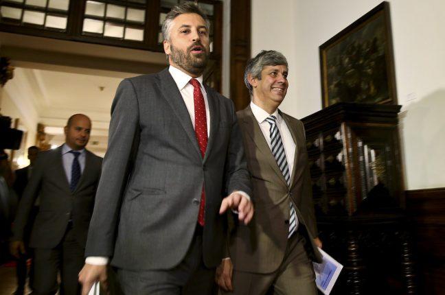 O ministro das Finanças, Mário Centeno (D), acompanhado pelo secretário de Estado dos Assuntos Parlamentares, Pedro Nuno Santos, à chegada para a entrega a proposta do Governo do Orçamento do Estado para 2017
