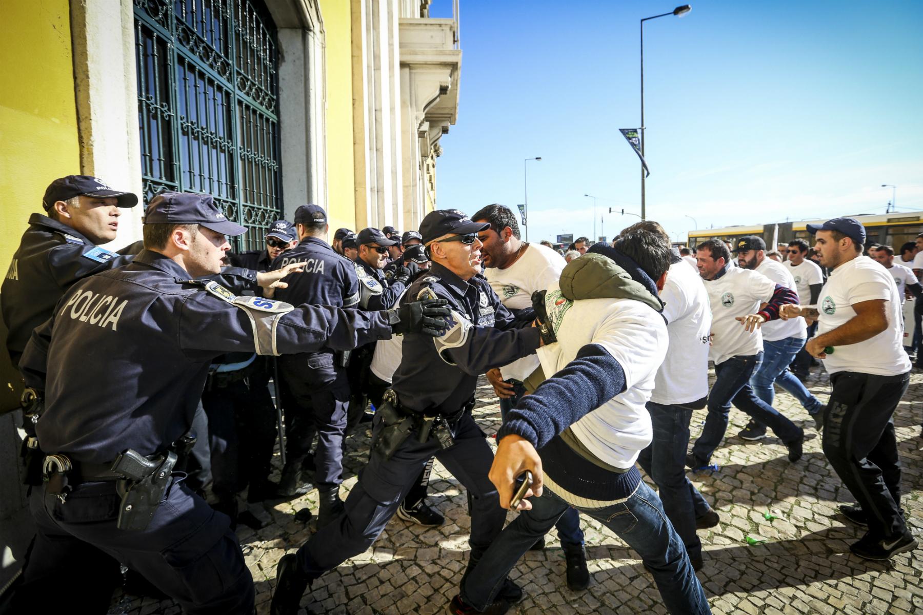 Feirantes e elementos da polícia confrontam-se durante a manifestação organizada pela Associação Portuguesa de Empresas de Diversão (APED) em frente ao Ministério das Finanças