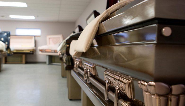 Funerárias de Nova Iorque processadas por guardarem cadáveres em camiões