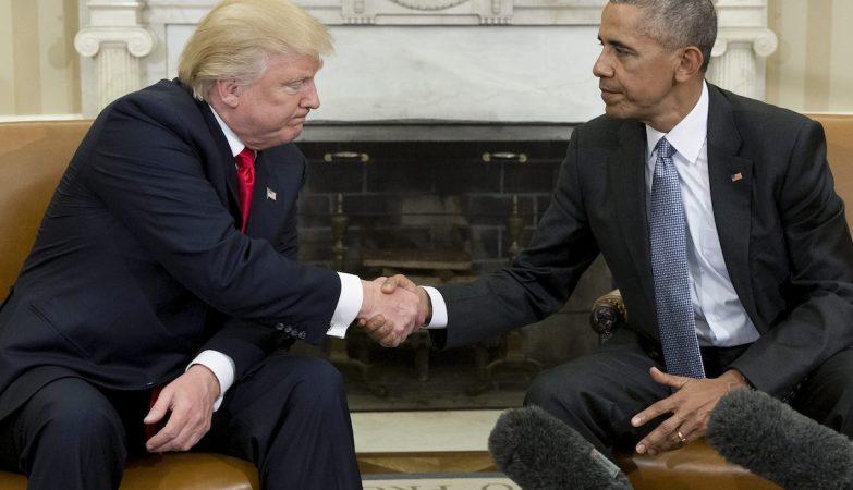 O presidente eleito, Donald Trump, nem sequer olha na cara do presidente, Barack Obama. O clima foi tenso.