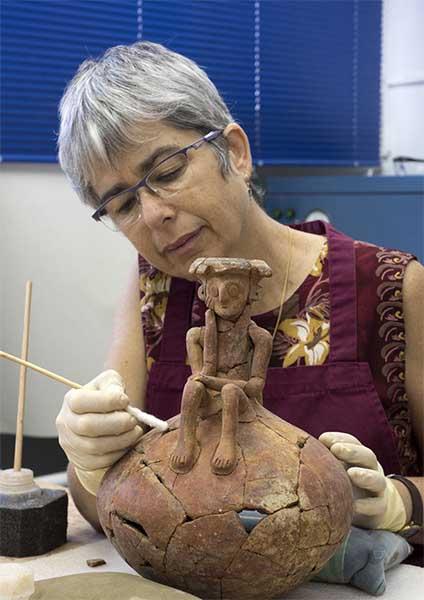 Vaso encontrado em fragmentos exigiu trabalhos de recuperação.