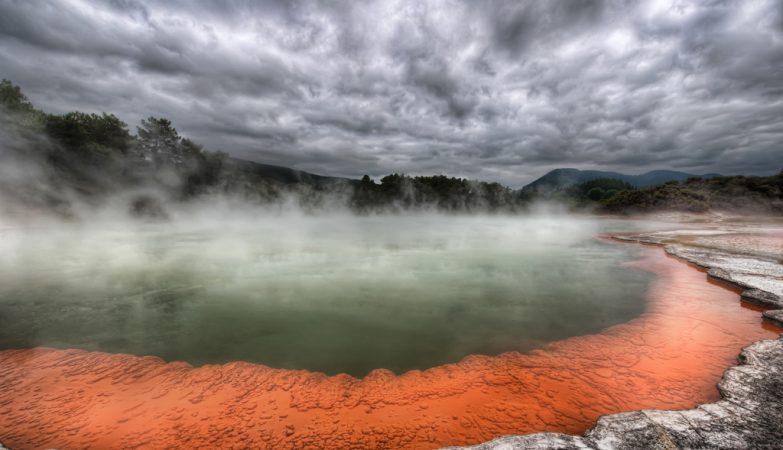 Águas termais em lagoa ácida no parque Yellowstone, nos Estados Unidos