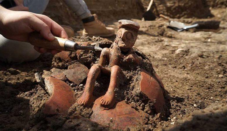 """Estátua rara de """"pensador"""" com 4 mil anos encontrada em Israel."""