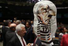 O plenário da Câmara dos Deputados aprovou por 450 a favor, 10 contra e 9 abstenções a cassação do mandato do deputado afastado Eduardo Cunha
