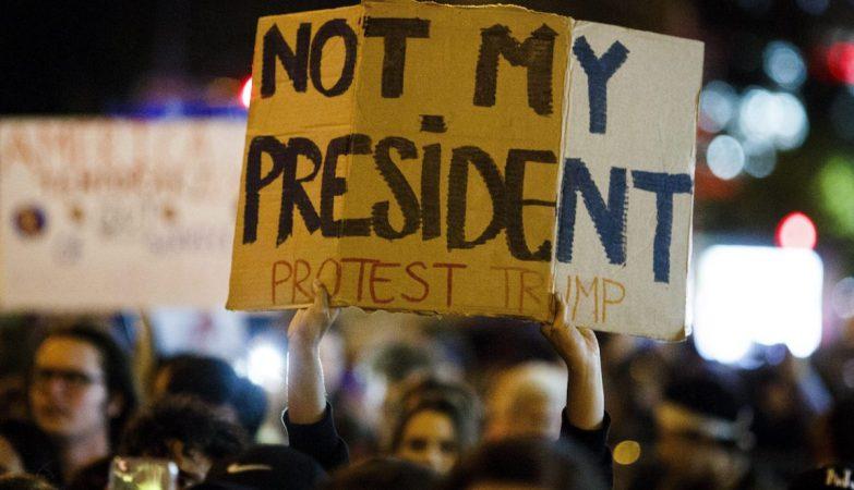 """""""Not my President"""". Americanos saíram à rua para manifestar-se contra a eleição de Donald Trump"""