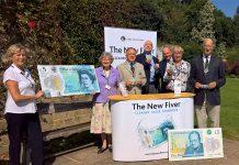 Apresentação da nova nota de 5 libras num road-show do Banco de Inglaterra.