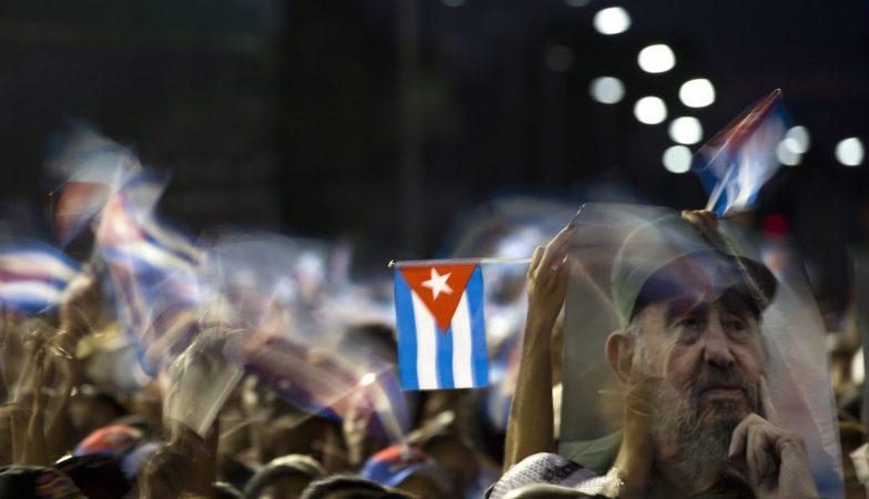 Milhares de pessoas estiveram na Praça da Revolução Antonio Maceo numa homenagem ao líder histórico cubano Fidel Castro, em Santiago de Cuba